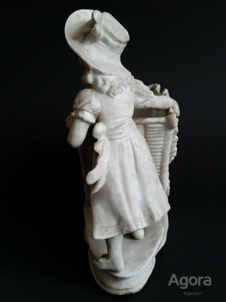 Přes 100 let stará holčička s vozíkem kočárkem z porcelánu starý figurální porcelán kočárek panenka