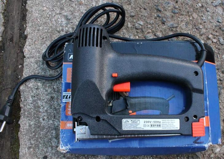 B258 Elektrická sponkovačka Noell na součástky
